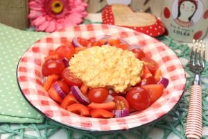 Roter Salat mit körnigem Frischkäse