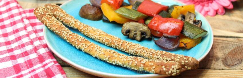 Sesam-Hähnchen-Knusperstangen mit Balsamico-Senf-Ofengemüse